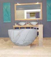 ванна из мрамора цвета белой луны
